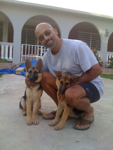 Paul con Yum Yum (izquierda) y Gigi cuando eran cachorros.